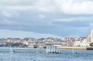 Havnet midt i denne regattaen i Santander. Hang oss på og knuste dem! No hay problemas :-)